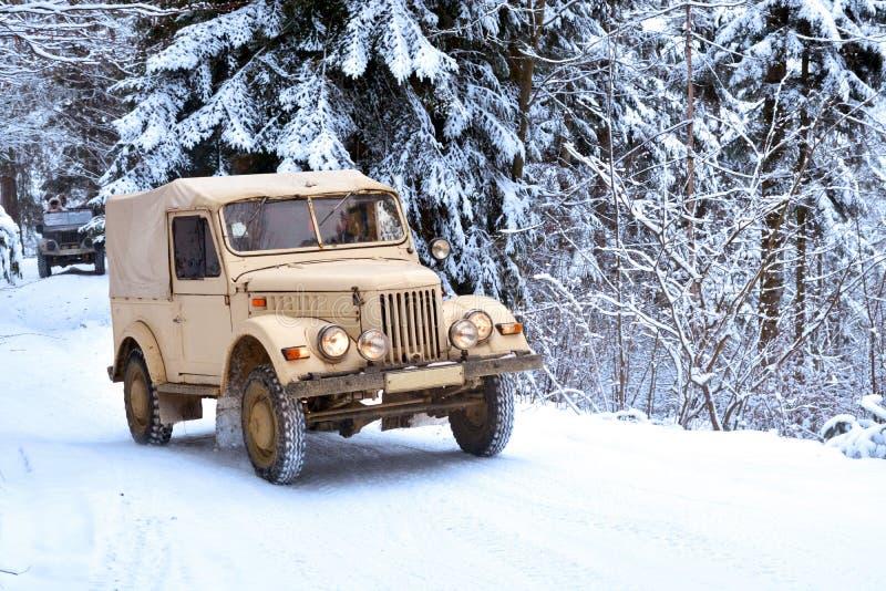 Winterwaldreise nicht für den Straßenverkehr stockfoto