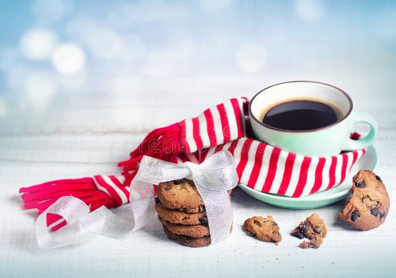 Winterweihnachtskonzept-Kaffee- u. Plätzchenkonzepthintergrund stockfotos