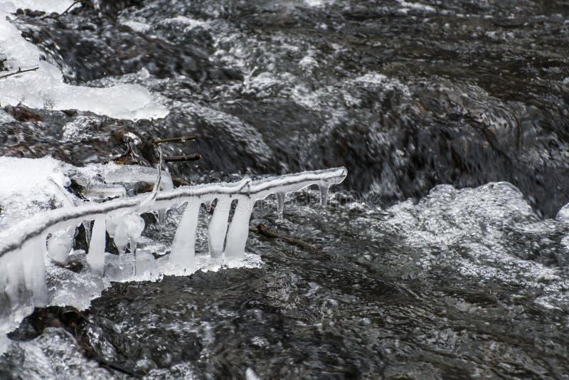 Winterwicklungsnebenfluß und -schnee umfassten Landschaft 4 stockbild