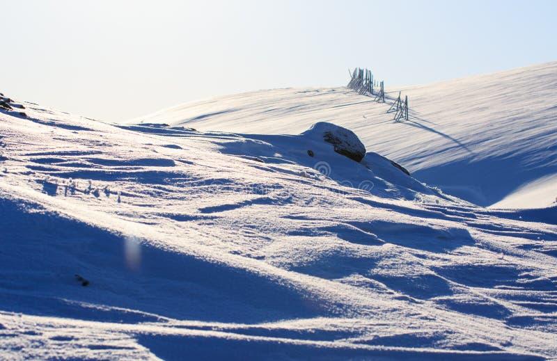 Winterzeit, Schneeufer, Russland, Landschaft der schönen wilden Art des Nordens sieht Schönes Schneewintereis und kalte Landschaf stockbilder