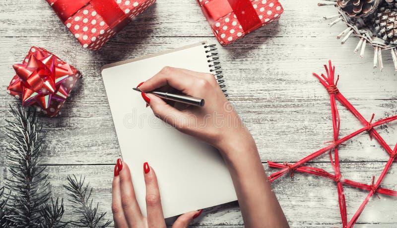 Winterzusammensetzung für Weihnachten und Neujahrsfeiertage, moderne Feiertagsfeiertage und eine Mitteilung geschrieben lizenzfreies stockbild
