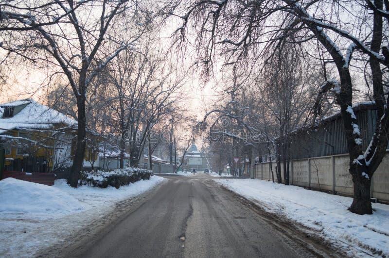 Wintry Street em Almaty, Cazaquistão fotos de stock royalty free