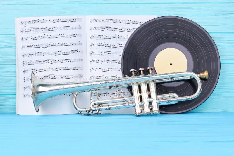 Winylowi rejestry, trąbka i muzykalne notatki, zdjęcia royalty free