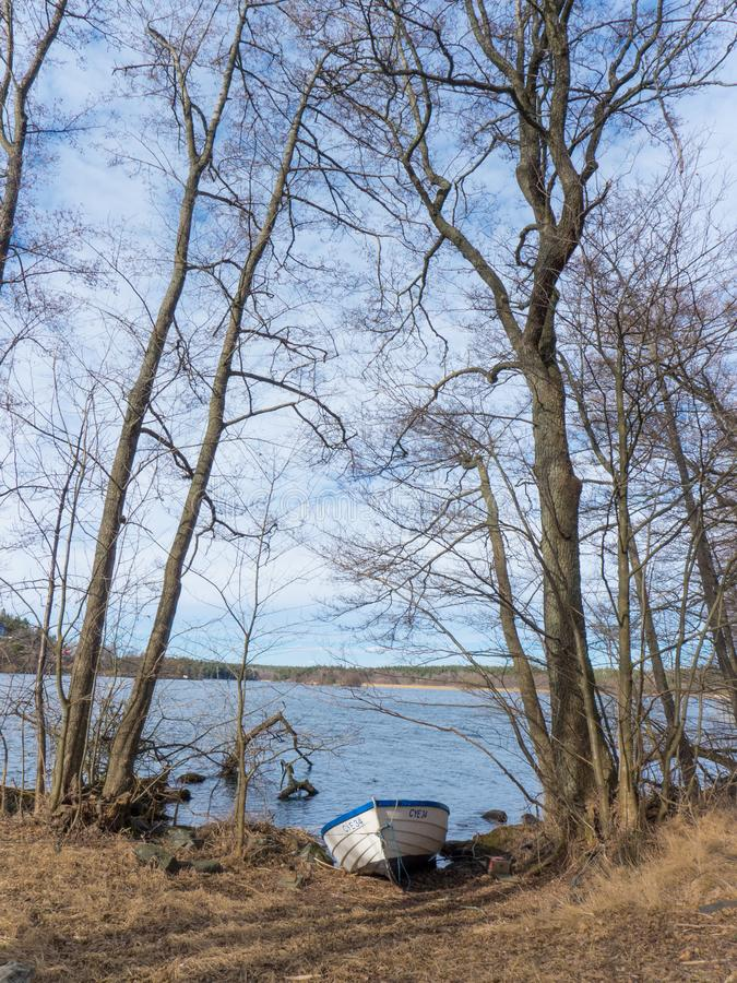 Wioślarska łódź na brzeg w wczesnej wiośnie obrazy royalty free