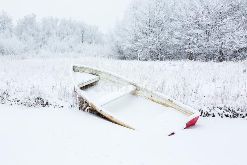Wioślarska łódź przy zimą zdjęcie royalty free