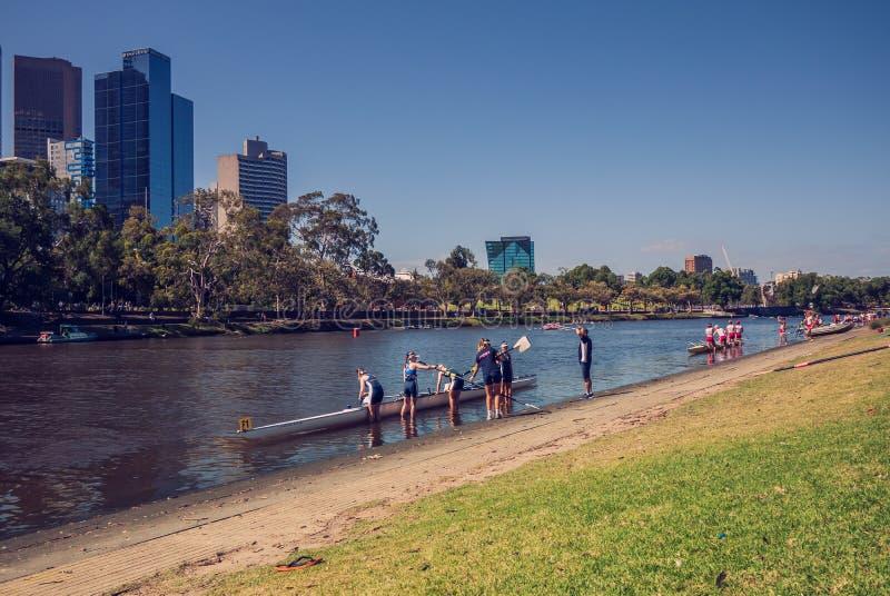 Wioślarska drużyna przygotowywa zaczynać obok Yarra rzeki w Melbourne popołudniu obrazy royalty free