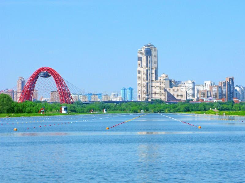 Wioślarski korytkowy Krylatskoe, Moskwa, Rosja, miastowa linia horyzontu fotografia stock