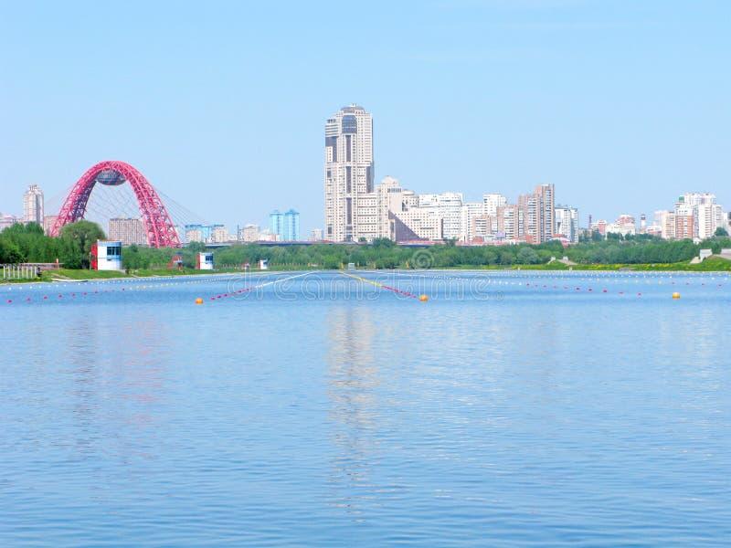 Wioślarski korytkowy Krylatskoe w Moskwa, miastowy linia horyzontu zdjęcia stock