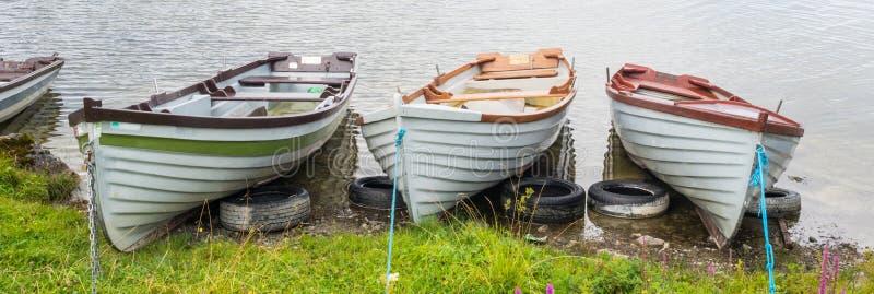 Wioślarskie łodzie Blisko Kilbeg mola w Irlandia zdjęcie stock