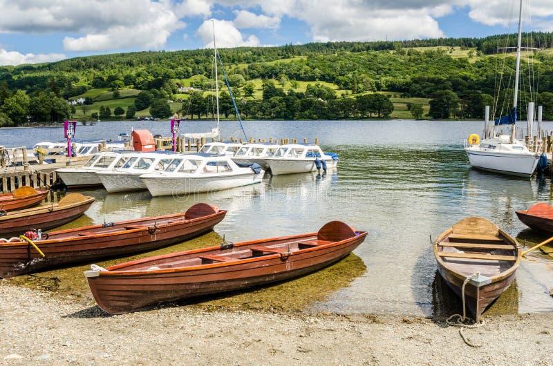 Wioślarskie łodzie na brzeg jezioro obraz stock