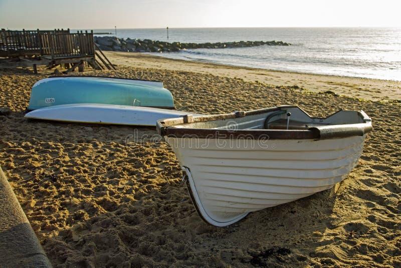 Wioślarskie łodzie na brzeg przy Ipswich zdjęcie royalty free
