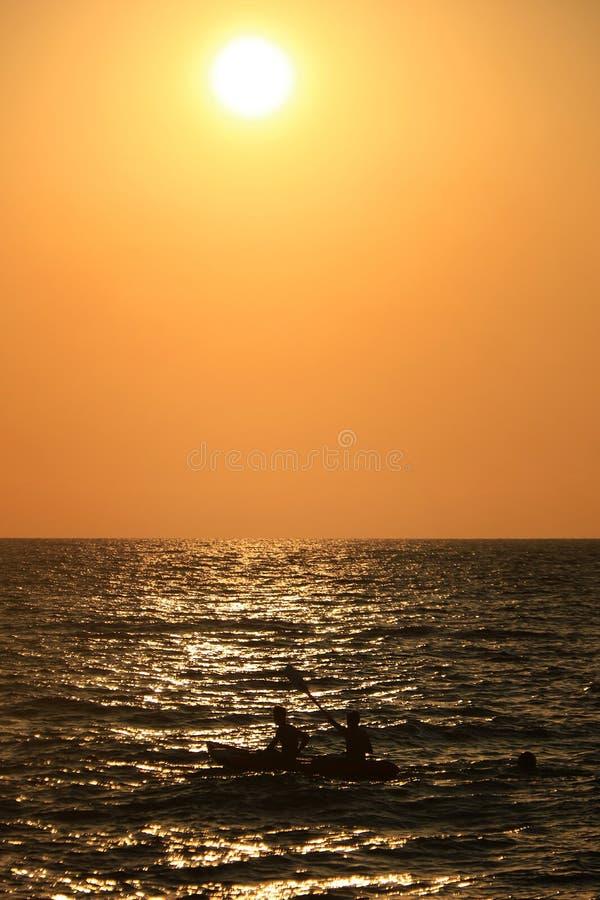 Wioślarstwo na zachód słońca zdjęcie stock