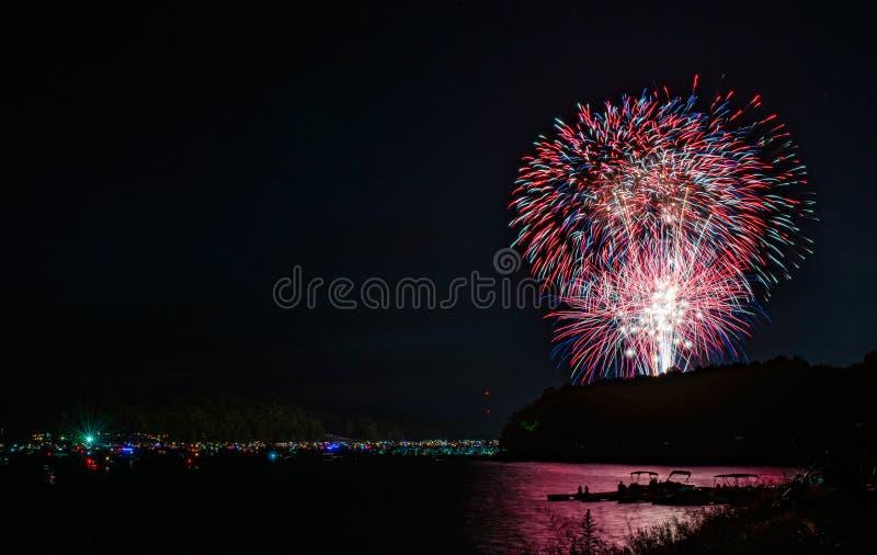 Wioślarze ogląda fajerwerki nad Jeziornym Wallenpaupack w Hawley, PA dla 4th Lipiec obraz royalty free