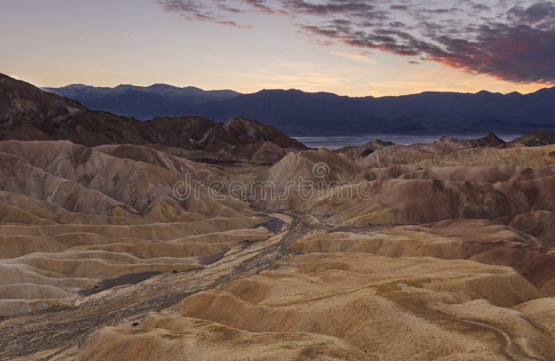 Wiodąca droga wieczność przy zmierzch pustyni życiem - góry w tle w śmiertelnej dolinie zdjęcie royalty free