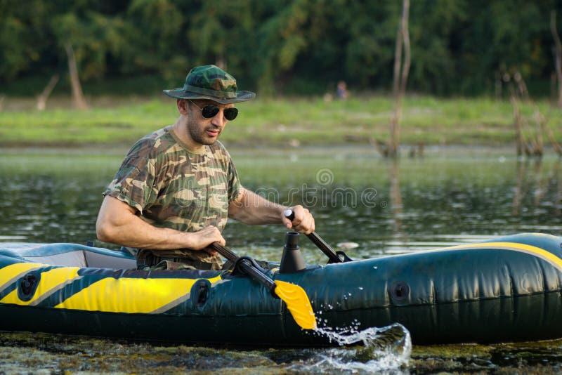 Wiosłować w nadmuchiwanej łodzi fotografia royalty free