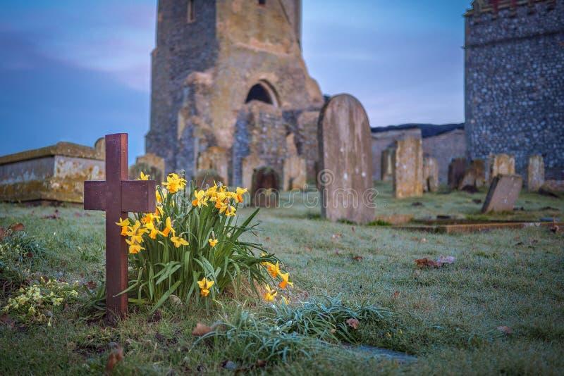 Wiosen Daffodils i Drewniany krzyż fotografia stock