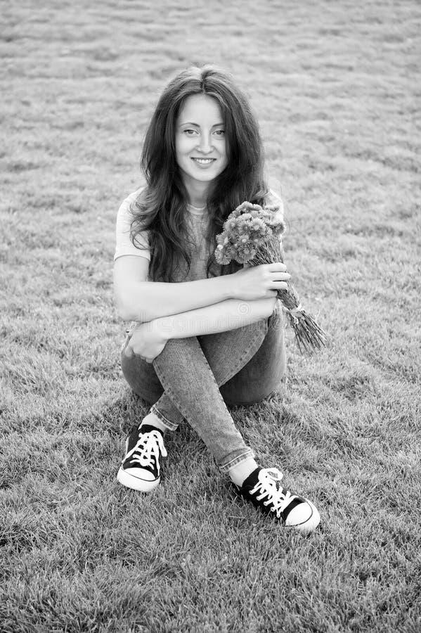 Wiosenna niespodzianka Kobieta cieszy się zrelaksowanym zielonym tłem trawy Pani cieszy się delikatnym bukietem kwiatów Feminizm  obrazy stock