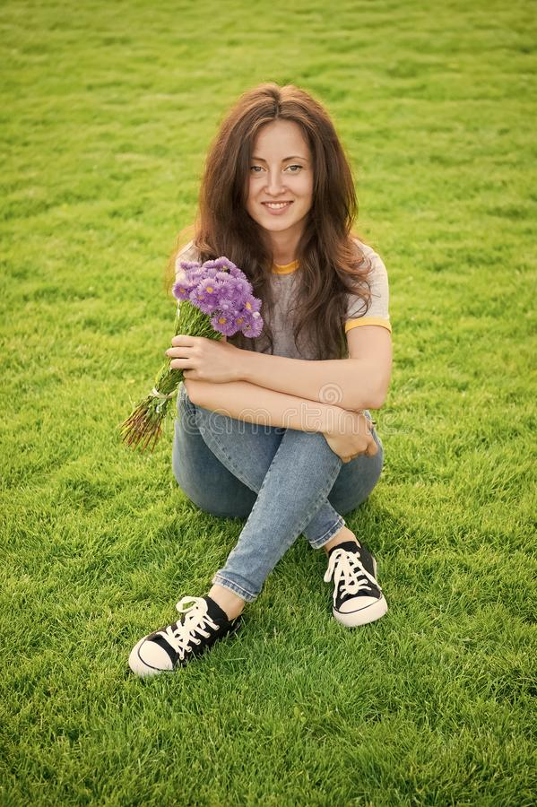 Wiosenna niespodzianka Kobieta cieszy się zrelaksowanym zielonym tłem trawy Pani cieszy się delikatnym bukietem kwiatów Feminizm  zdjęcie stock