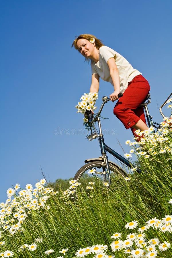 wiosenne kwiaty rowerze kobiety obrazy royalty free