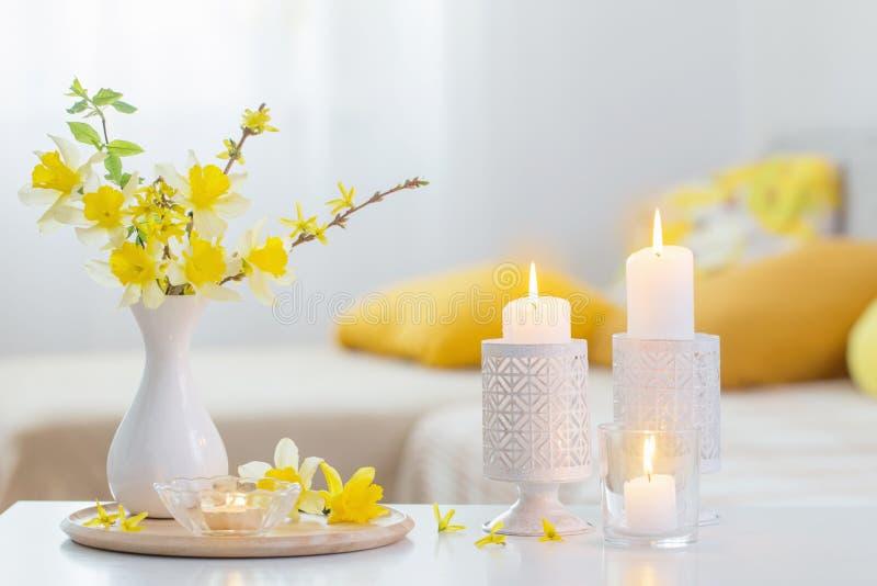 Wiosenne kwiaty w wazonie na nowoczesnym wnętrzu obraz stock