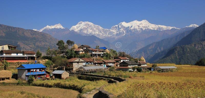 Wioska blisko Bhulbhule i śnieg nakrywającego Manaslu obrazy stock