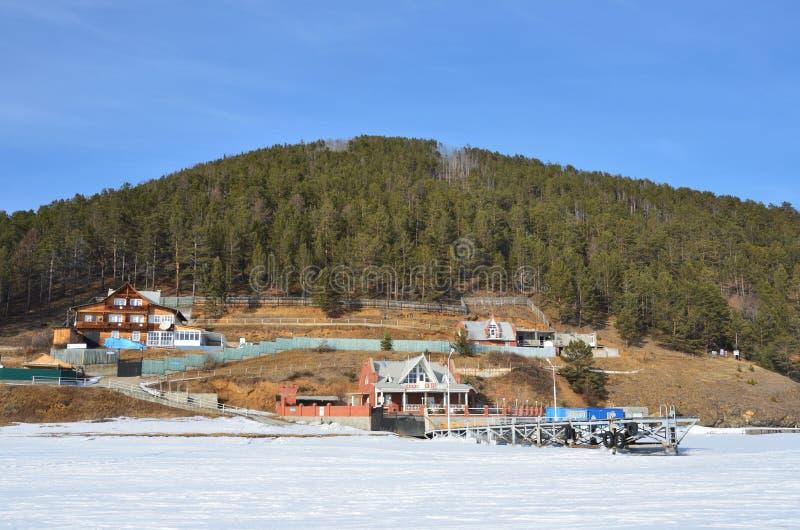 Wioska Bolshie Kot na brzeg jeziorny Baikal w zimie obraz stock