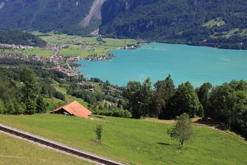 Wioska Brienz i turkusowy Jeziorny Brienz, Szwajcaria obrazy stock