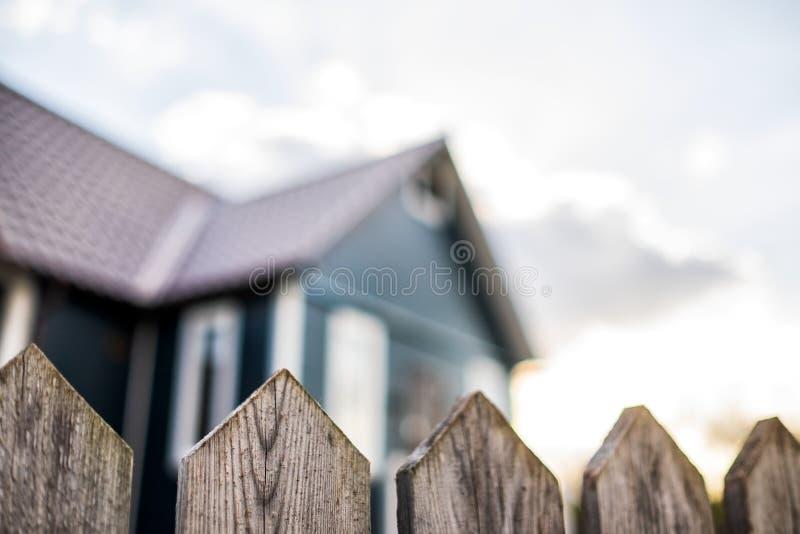 Wioska dom z drewnianym ogrodzeniem przy rosyjsk? wiejsk? wsi? fotografia royalty free