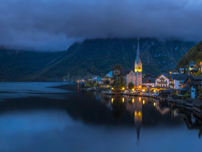 Wioska Hallstatt przy nocą, Jeziorny Hallstatt, Austria, Europa zdjęcia stock