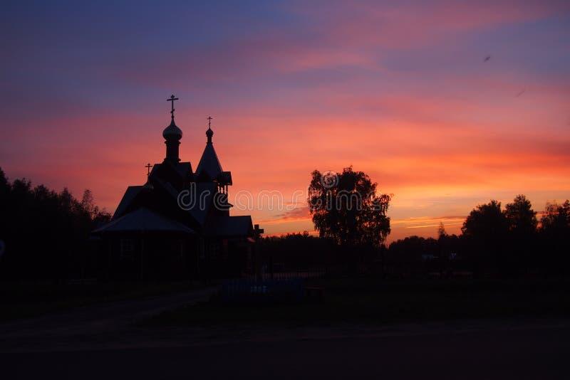 Wioska kościół przy zmierzchem obraz royalty free