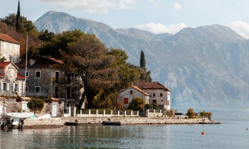 Wioska Perast na wybrzeżu Boka Kotor zatoka natury i architektury tło, popularny podróży miejsce przeznaczenia w Europa - Montene obraz royalty free