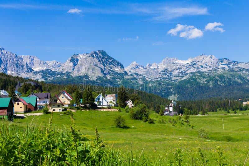 Wioska przy stopą góry Jedność z naturą zdjęcia stock