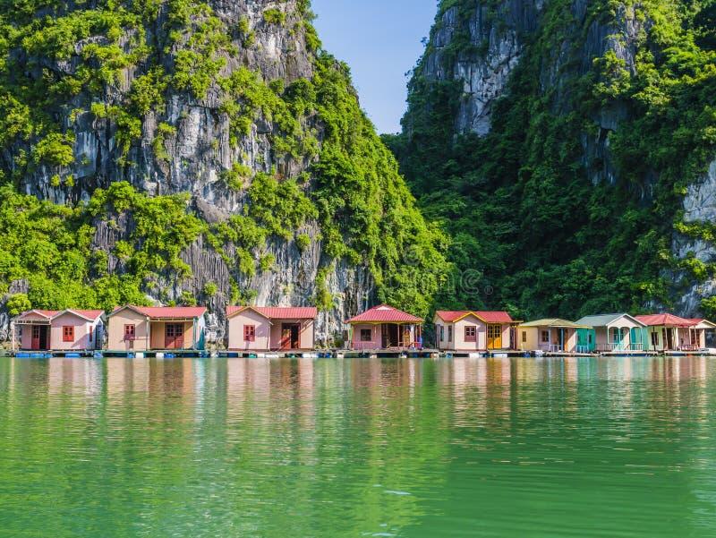 Wioska rybacka odbijająca w szmaragdzie nawadnia brzęczenia Długo trzymać na dystans, Wietnam fotografia stock