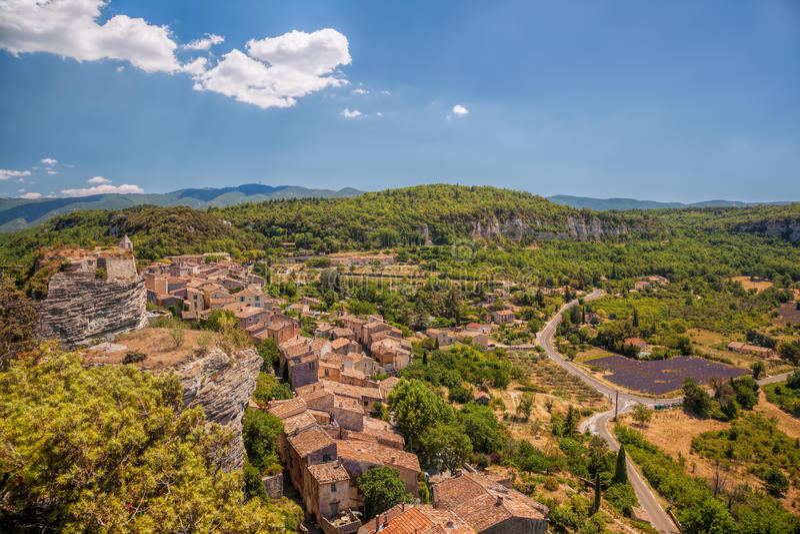 Wioska Saignon z lawendy polem w Luberon, Provence, Francja obrazy stock