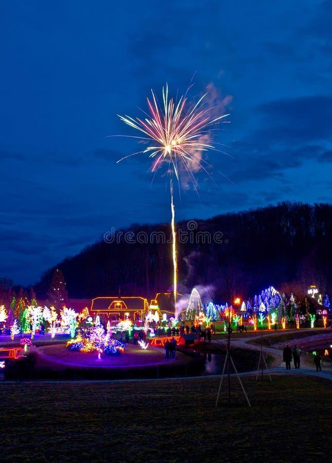 Wioska w bożonarodzeniowe światła fajerwerkach zdjęcie royalty free