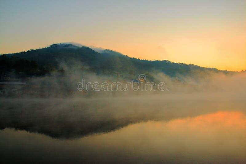 Wioska w mgle fotografia stock