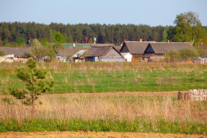 Wioska w wiosna wiejskim krajobrazie zdjęcie stock