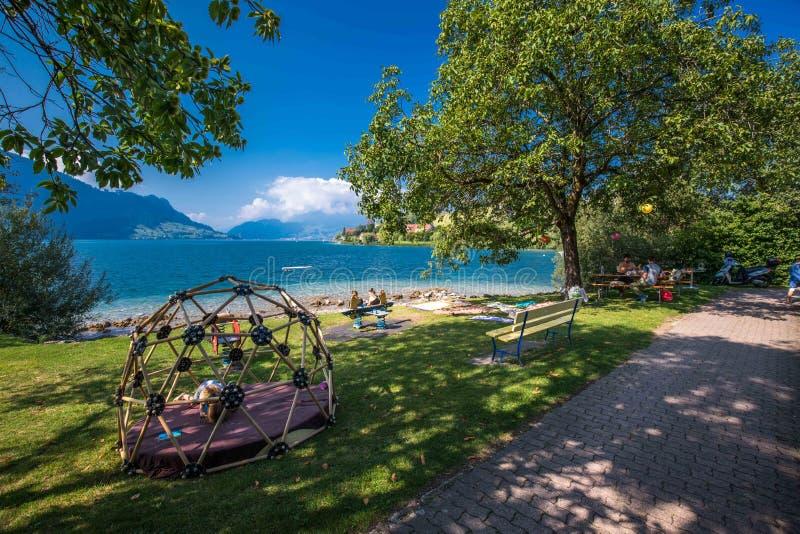 Wioska Weggis, jeziorna lucerna Vierwaldstatersee, Rigi Alps w tle blisko sławnego lucerny Luzern miasta, halni i Szwajcarscy obraz royalty free