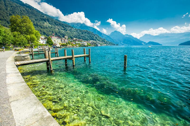 Wioska Weggis, jeziorna lucerna Vierwaldstatersee, Rigi Alps w tle blisko sławnego lucerny Luzern miasta, halni i Szwajcarscy zdjęcia royalty free