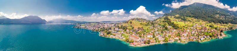Wioska Weggis, jeziorna lucerna Vierwaldstatersee, Rigi Alps w tle blisko sławnego lucerny miasta, halni i Szwajcarscy, Switzer zdjęcia stock