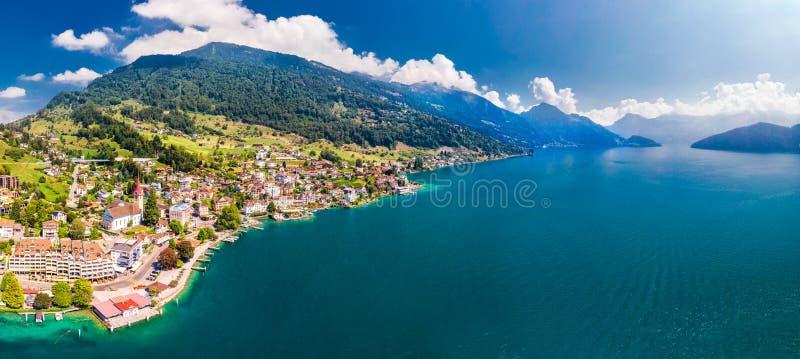 Wioska Weggis, jeziorna lucerna Vierwaldstatersee, Rigi Alps w tle blisko sławnego lucerny miasta, halni i Szwajcarscy, Switzer obraz royalty free