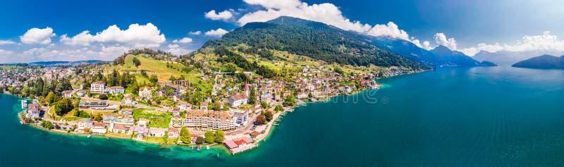 Wioska Weggis, jeziorna lucerna Vierwaldstatersee, Rigi Alps w tle blisko sławnego lucerny miasta, halni i Szwajcarscy, Switzer zdjęcia royalty free
