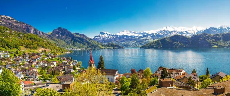 Wioska Weggis na jeziornej lucernie w Szwajcarskich Alps zbliża lucerny miasto obrazy stock
