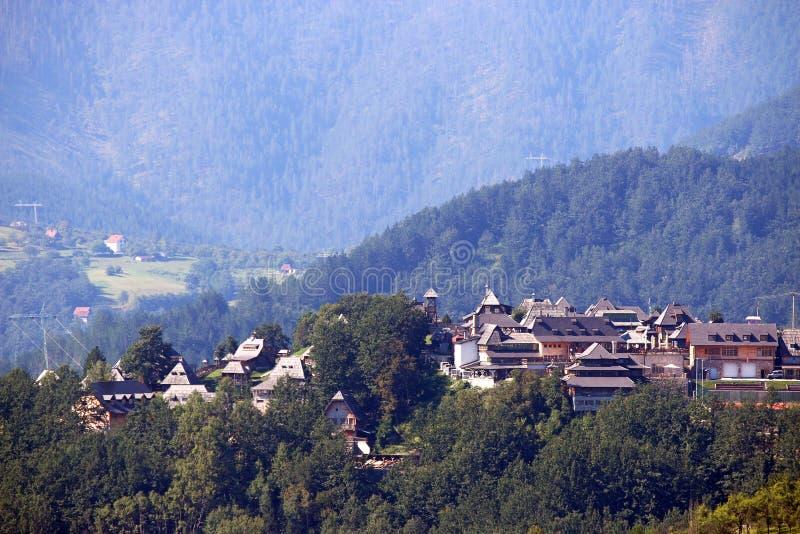 Wioska z drewnianymi chałupami na górze zdjęcia stock
