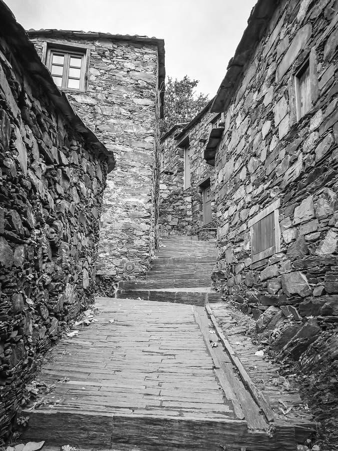 Wioska z iłołupków domami w czarny i biały zdjęcia royalty free