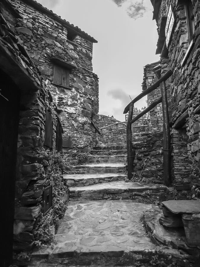 Wioska z iłołupków domami w czarny i biały obraz royalty free