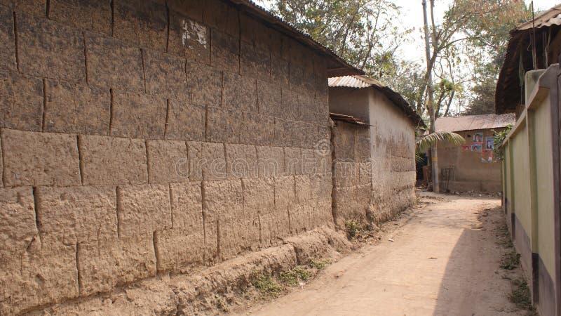 Wioski błota uliczni pokazuje domy i margiel droga zdjęcie stock