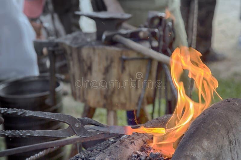 Wioski Blacksmith blisko bellows i kowadło przy pracą zdjęcia royalty free