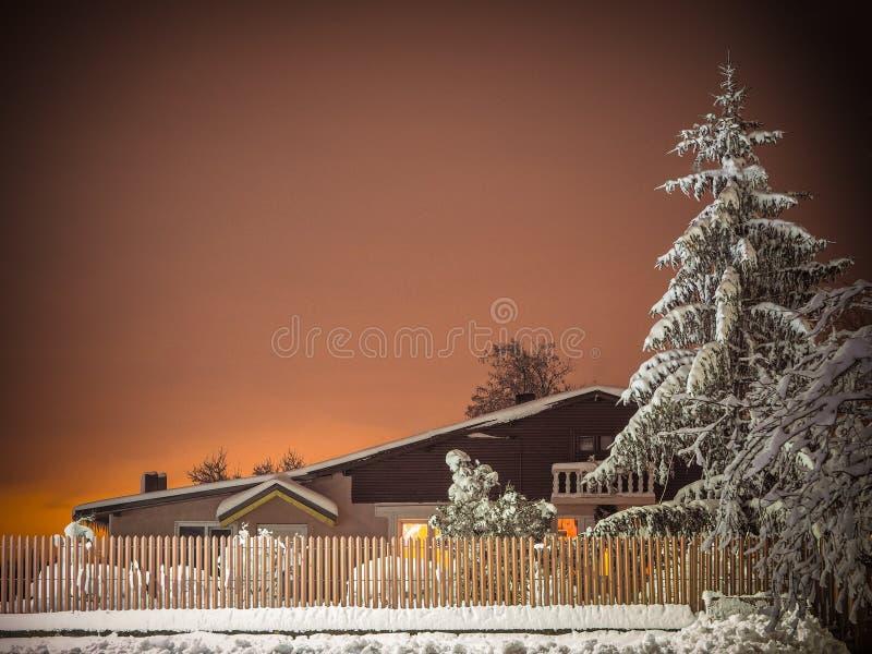 Wioski nocy krajobraz z śniegiem obrazy stock