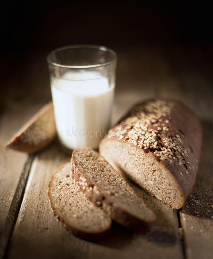 Wioski wciąż życie, mleko i chleb, fotografia stock